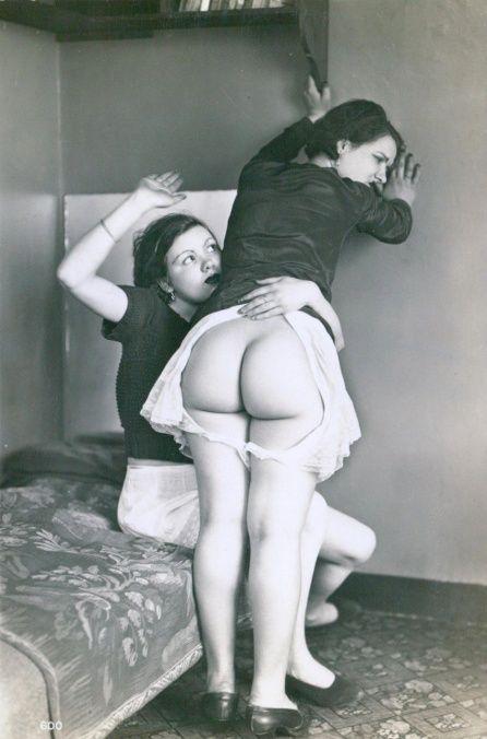 Clicca l'immagine per ingrandirla.  Nome: kink-biederer-lesbian-derriere-c1925.jpg Visualizzazioni: 367 Dimensione: 94.8 KB ID: 228790